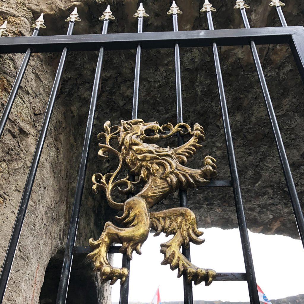 kreativ-fee_Alsbacher-Schloss_Hessen_Löwe_Eisentor