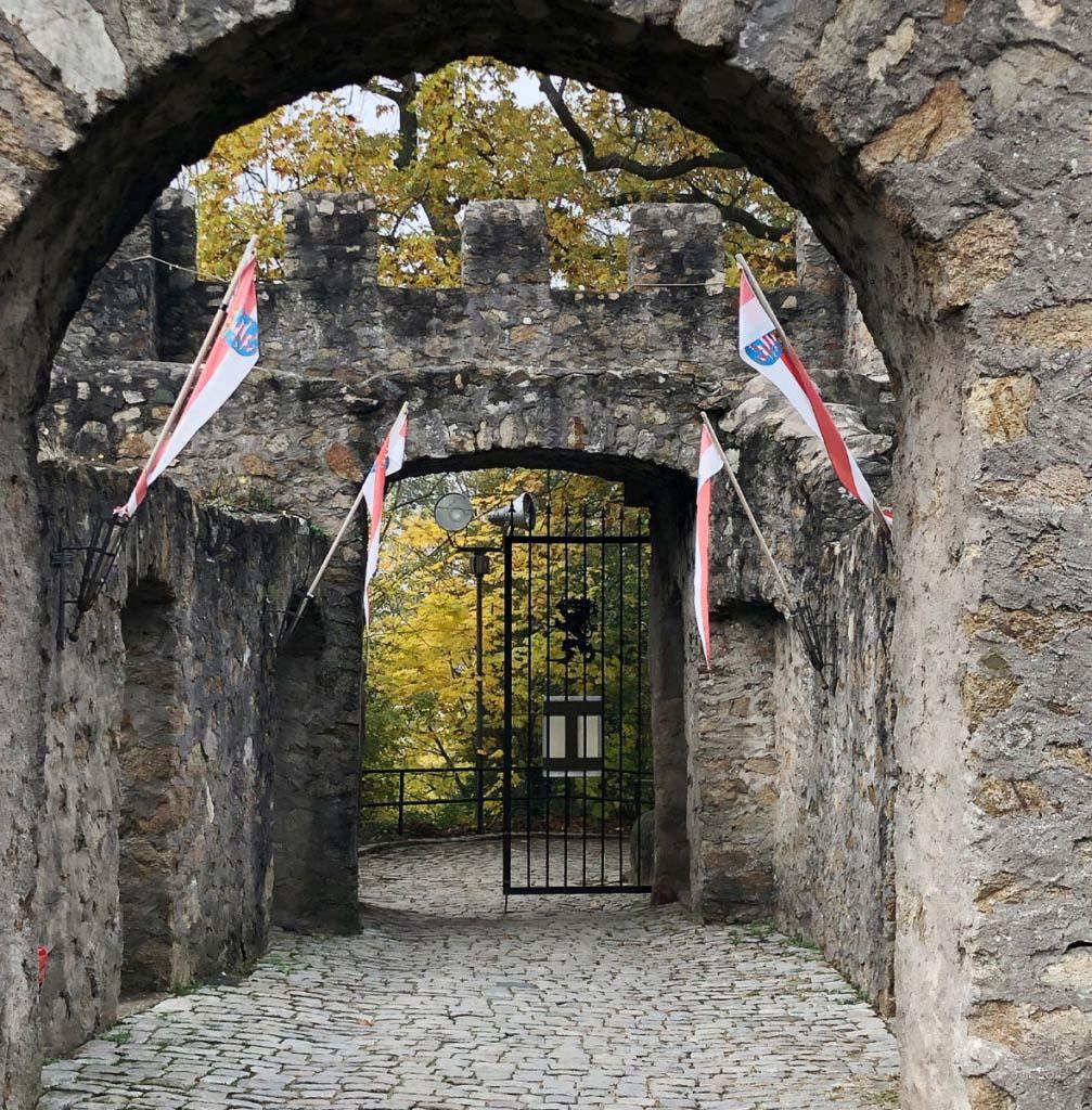 kreativ-fee_Alsbacher-Schloss_Aufgang_Tor_Fahnen-1024x1024_A